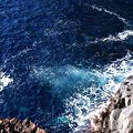 写真: 流れ出た熔岩の断崖絶壁の岬