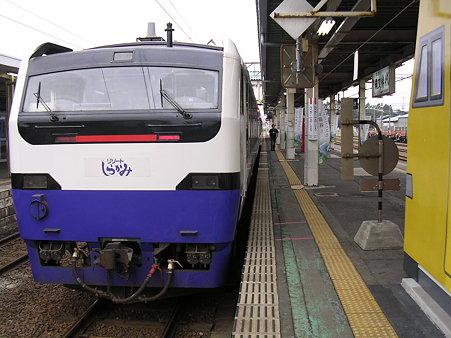 東能代駅ホームとリゾートしらかみ