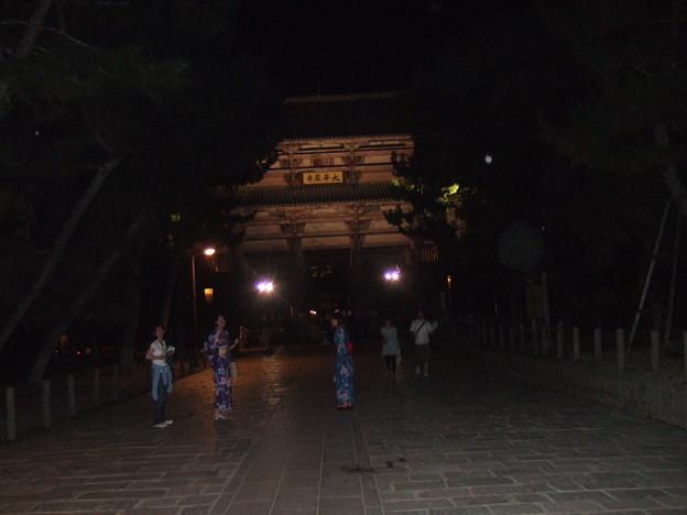 写真: 東大寺南大門ライトアップ