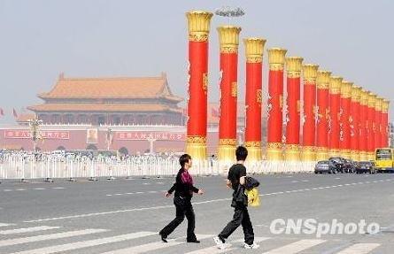 天安門広場に56の「民族団結柱」が登場