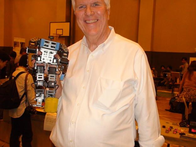 日本では最初の一台のBIOLOID GPのパフォーマンスを見て満面笑みのRobot DreamsのLemさん。
