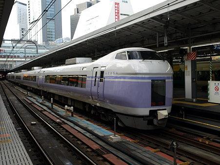 E351系中央本線(新宿駅)
