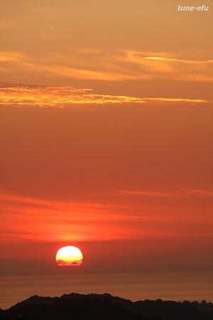 沈む夕景に金の雲