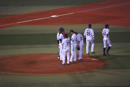 マウンドに集まる野手陣