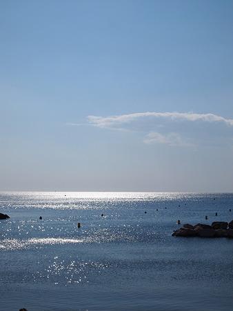輝く太陽と海