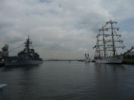 090601-新港 メキシコ帆船+護衛艦