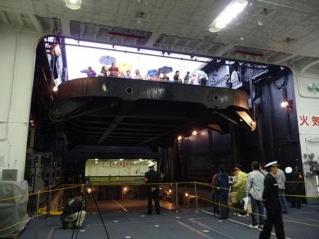 091024-ひゅうが 格納庫から船首リフター (26)