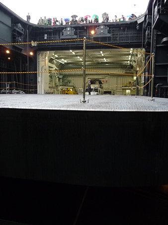 091024-ひゅうが 格納庫から船尾リフター (3)