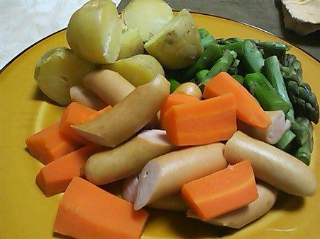 チーズフォンデュ用野菜(とソーセージ)てんこ盛り。