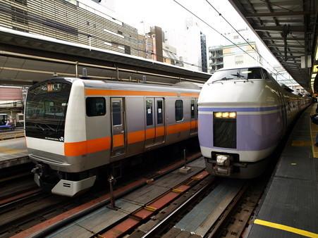 E233系とE351系(新宿駅)