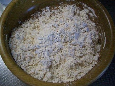 2.うどん粉に塩水をいれて混ぜます
