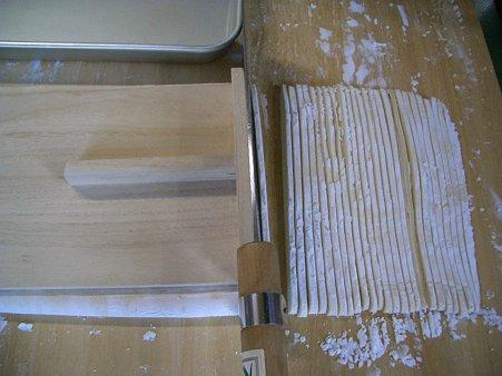 13.麺を切るときは、極力同じ幅で切りましょう