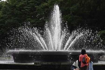 2009.06.20 日比谷公園 噴水と母子