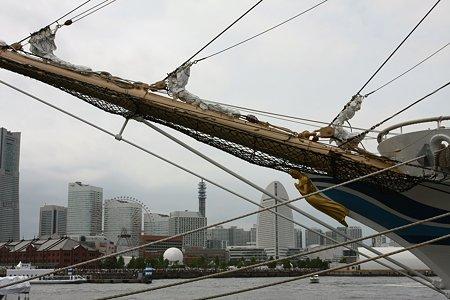 2009.07.20 みなとみらいを背景に 日本丸・船首像「藍青」が祈るのは