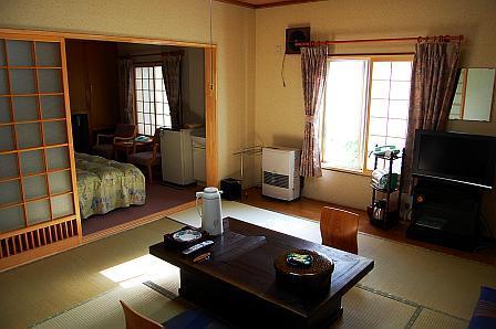 客室。液晶テレビは地デジ対応