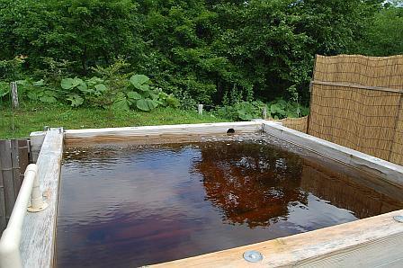 熱めの浴槽は、湯船が木製