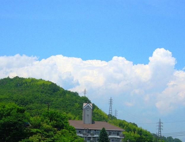 写真: 梅雨の晴れ間、竜王山に雲の峯