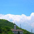 写真: 梅雨の晴れ間、竜王山の向こうに入道和尚