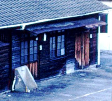 詰所の側面(線路側,JR予讃線・予土線宇和島駅,1998/10/4)(s111-11d)