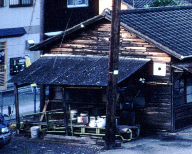 詰所の妻面(JR予讃線・予土線宇和島駅,1998/10/4)(s111-11b)