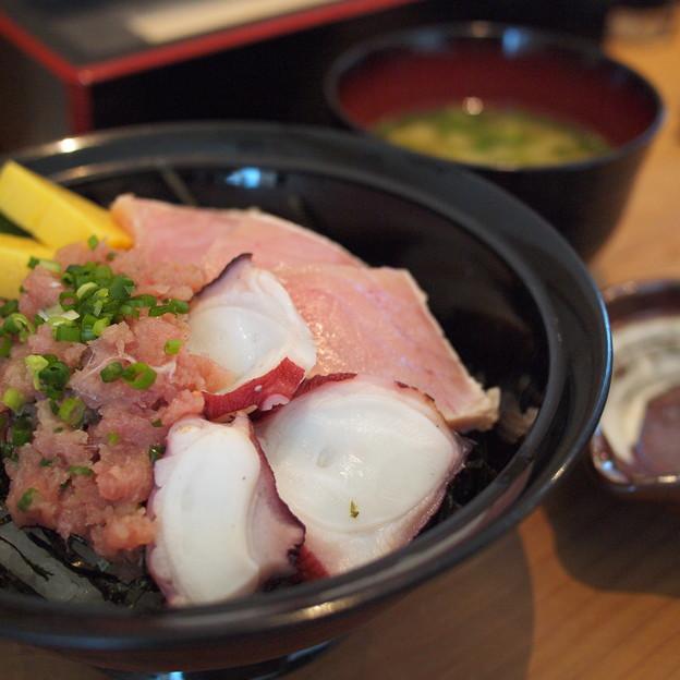炙り蛸と炙りはまちと本ネギトロ三色丼
