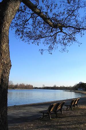 空と湖の青