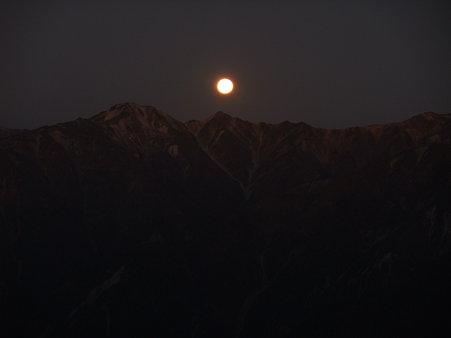 裏銀座に沈む月