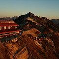 写真: 朝日の燕と小屋