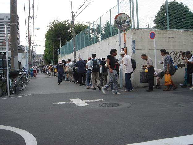 慈善食糧配給 食いながら何度も並ぶ人たち。 DSC01637
