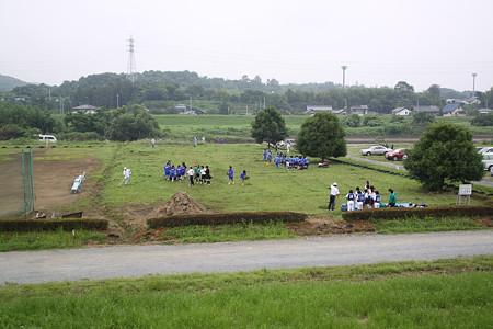 今日はボランティアさんが集まってグラウンドの草刈りと整備をしていました