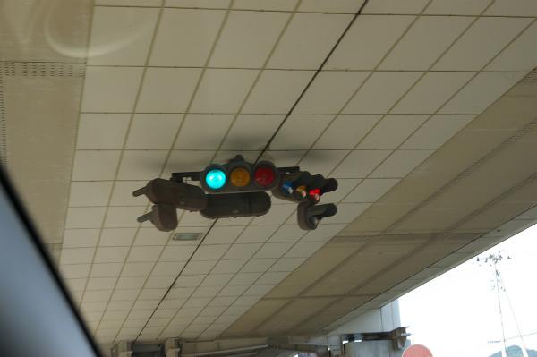 天井からぶら下がるように設置された信号機