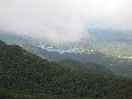 ガスの合間に見えるダム湖